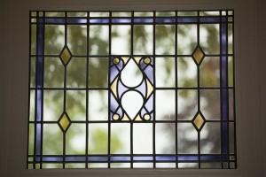 Interieur,_hoek_links_voor_met_detail_van_glas-in-lood-raam_-_Heerenveen_-_20428539_-_RCE
