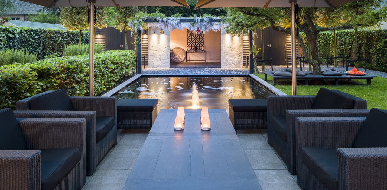 Binnenkijken bij een modern romantische tuin lifestyle for Moderne tuin